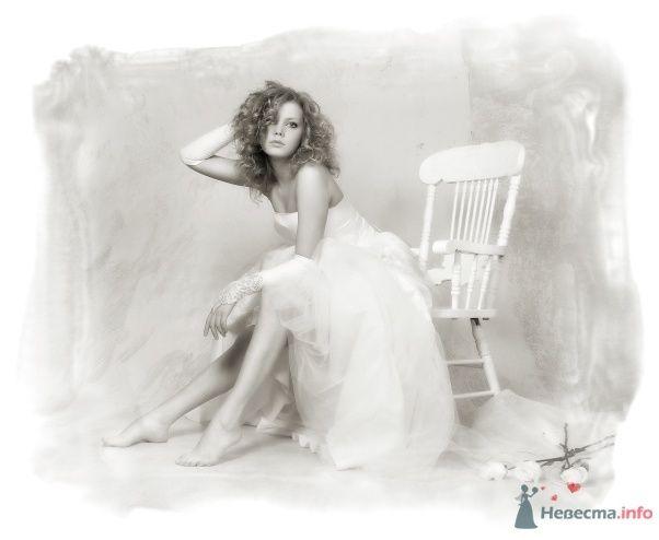 Невеста в белом длинном платье сидит посреди комнаты на стуле - фото 24374 Матильда