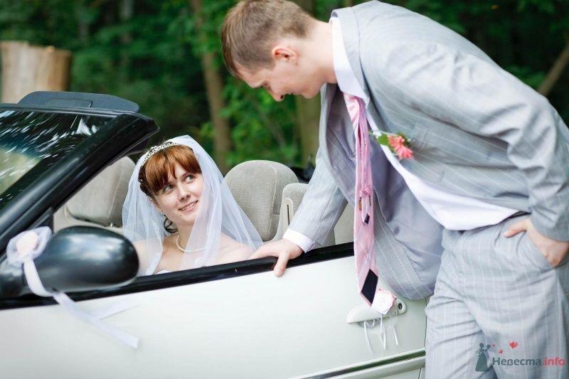 Невеста сидит в белой машине, рядом с ней стоит жених - фото 41173 Lexandra