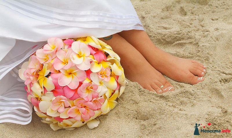 Круглый букет невесты из розовых и желтых орхидей