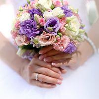 Букет для невесты из сиреневой эустомы,розовой эустомы,белой Эустомы,белой розы.