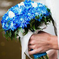 Букет невесты из голубых астр и белых тюльпанов