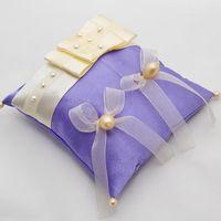 Сиреневая подушечка для колец с бежевым декором