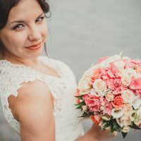 Прекрасный букет невесты из гортензий, роз и эустом в розово-белых тонах