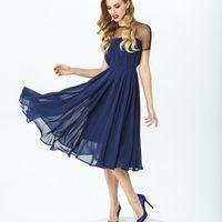 Модель EMSE 0275 Коктейльное платье А-силуэта длиной ниже линии колена. Платье с кокеткой из прозрачной сетки, с коротким цельнокроеным рукавом. В среднем шве спинки-потайная молния, у горловины застегивается на крючок. Основная ткань: шифон, сетка. Цвет: