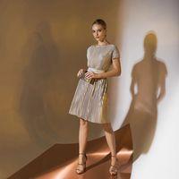 Цена 158,00. Модель EMSE 0313 Коктейльное платье приталенного силуэта, отрезное по линии талии, длиной выше уровня колена, со спущенной линией плеча. Горловина переда и спинки - «лодочка». Пояс на линии талии. В среднем шве спинки - застёжка на потайную т