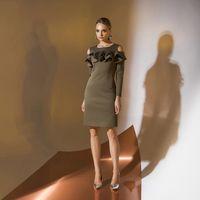 Цена 175,00. Модель EMSE 0326 Коктейльное платье полуприлегающего силуэта длиной выше уровня колена, с рукавом. Горловина переда и спинки имеет форму «лодочка». Верх переда декорирован воланами, верхний из них переходит на рукав. Спинка разрезная. Рукав д