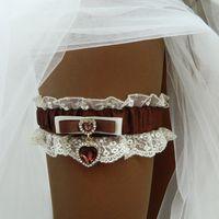 """Свадебная подвязка """"Фиделиа"""" - кружево айвори и шоколадная подвеска в виде сердечка с кристаллом."""