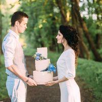 Кремовый тортик  с живыми цветами для свадьбы на заливе.