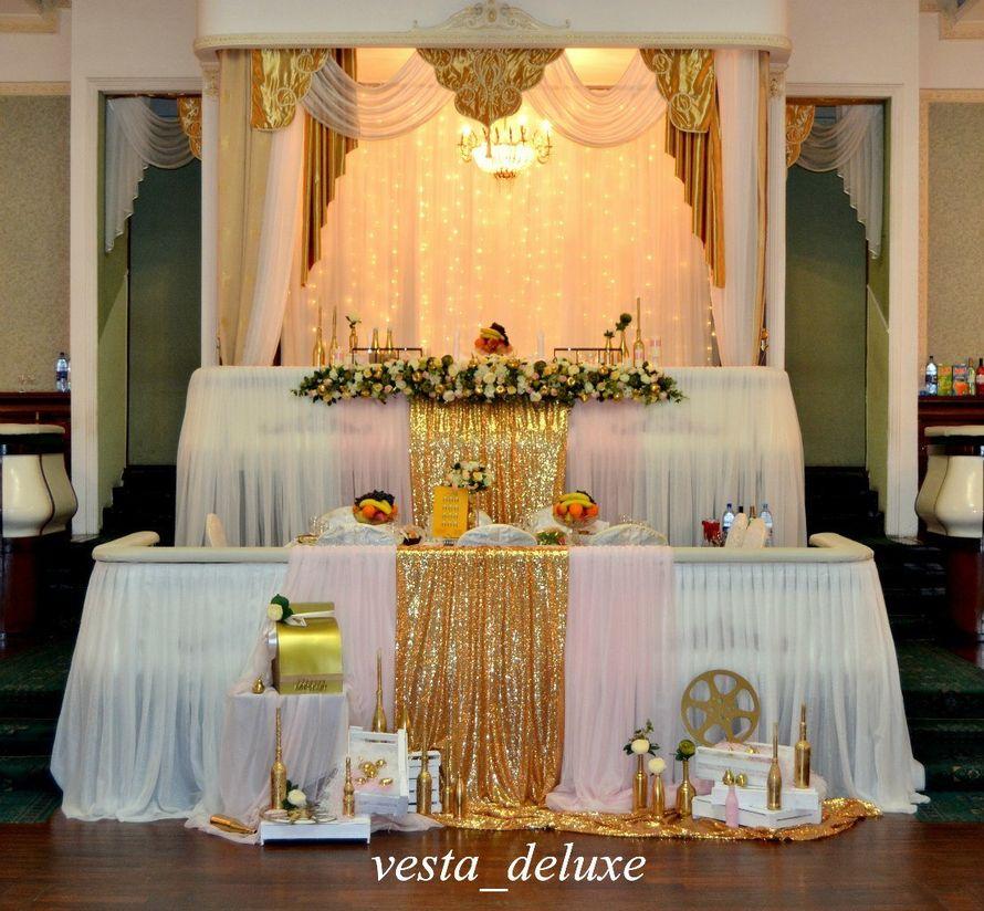 """Место молодоженов на премьерном показе фильма """"Свадьба"""". Много золото и теплого света. - фото 7694764 Vesta Deluxe - оформление свадеб"""