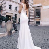 Тейлор (RL) Закрытое свадебное платье  прямого кроя с небольшим шлейфом.  Платье необычно отделано нежным узором кружева и вырезом по типу «лодочки» в области спины и плеч . Оригинальный рисунок спины с теми же эффектными узорами и дорожкой пуговиц дарят