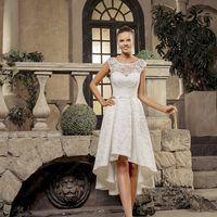 Олли (VK) Короткое свадебное платье с модной каскадной юбочкой, что несомненно является изюминкой платья. Верх платья и юбка полностью расшиты необычным кружевом. Спинка платья закрытая на маленьких пуговках, что создает дополнительную изящность и утончен