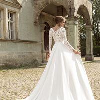 Палермо (AR) Великолепное свадебное платье с рукавами из стрейч кружева. Глубокий Vобразный вырез декольте придает этому платью изящности и сексуальности. Юбка платья из плотной ткани со шлейфом