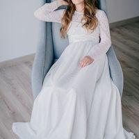 Изысканное и современное кружевное платье с длинным рукавом, выполненное из кружева с отделкой атласными лентами. Цвет: молочный Размер: 42-44 Стоимость: 23.000