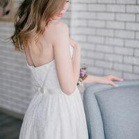 Свадебное платье классического силуэта на корсете с отделкой атласными лентами и поясом с лаконичным бантом. Многослойная юбка (для дополнительной пышности возможно использование подъюбника) Застежка: молния на спинке  Цвет: молочный Размер: 42-44 Стоимос