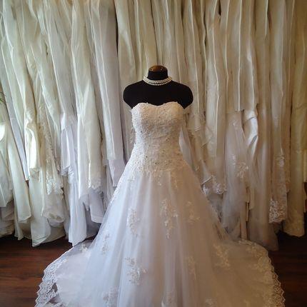 Пышное платье с кружевным шлейфом, расшитое бисером