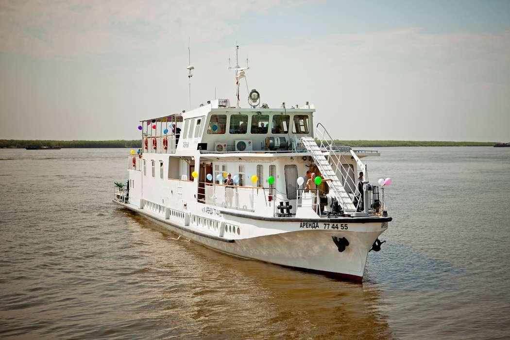"""Белый  корабль, украшенный яркими воздушными шарами, плывущий по реке. - фото 801431 Компания """"Малахит ДВ"""" - аренда авто"""