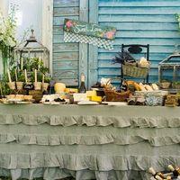 В оформлении за основу был взят стиль rustic с его натуральными материалами, грубоватыми формами и полевыми цветами: льяныне скатерти на столах, плетеные корзины с ромашками, деревянная мебель и аксессуары...
