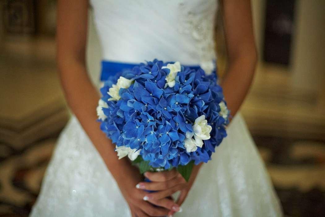 белый свадебный фото сине букет