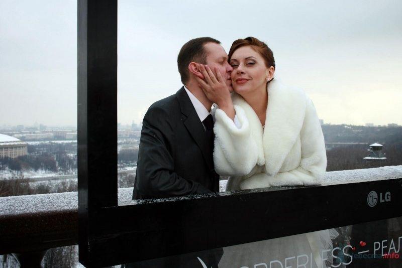 Жених и невеста стоят, прислонившись друг к другу, на фоне города - фото 65588 Фотограф Настя Лахина