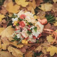 Букет невесты в бело-оранжевых тонах. В составе кустовые розы, гиперикум, вероника, астильба и фрезия