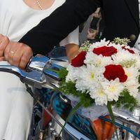Букет невесты из белых астр и красных роз