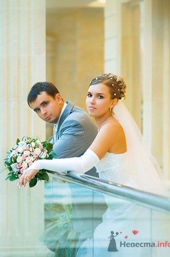 Жених и невеста на свадебной прогулке в помещении.  - фото 586 Алла Иванова - свадебный фотограф studio14