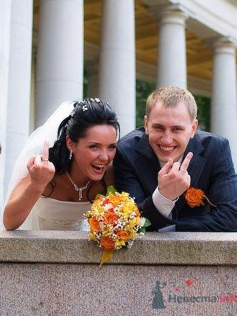 Фотография свадебных колец на руках.