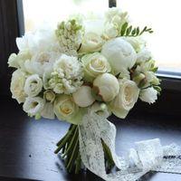 Классический белый букет из розы,эустомы,пионов,гиацинтов,фрезии.Цена 5700р.