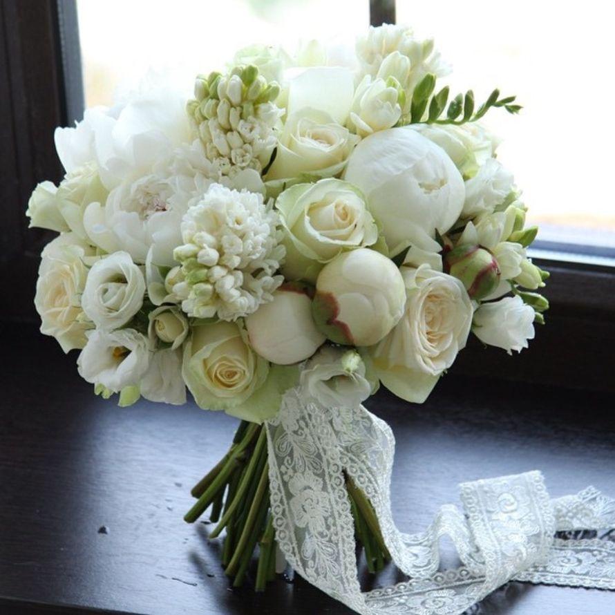 """Классический белый букет из розы,эустомы,пионов,гиацинтов,фрезии.Цена 5700р. - фото 17249656 Студия цветов """"Floral"""""""