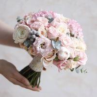 Пудровый, воздушный букет в выдержанном классическом стиле из эустомы,ранункулюсов,брунии,кустовой розы,пионов с добавлением веточек эвкалипта.Цена 5600р.