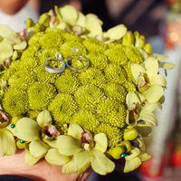 Зелёная подушечка для колец из хризантем и орхидей