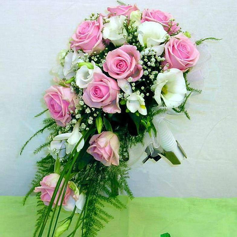 Свадебный букет из розовых роз каскад, платью шлейфом