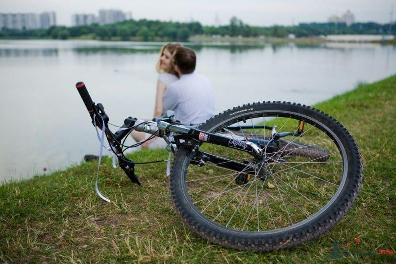 Фотосессия прогулки молодоженов у озера с велосипедом - фото 53314 malysh_eva