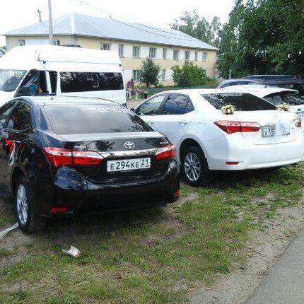 Свадебная пара автомобилей Тойота