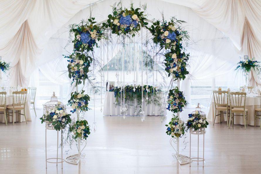 Оформление арки цветами и декором