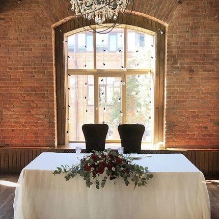 Оформление стола молодоженов в красно-белых тонах