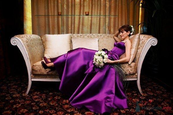Невеста в сиреневом длинном платье сидит в комнате на диване - фото 26861 Александра Светлая