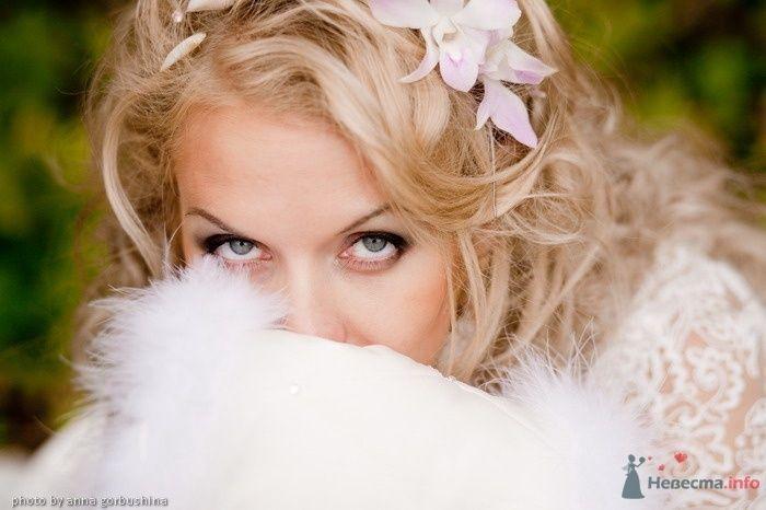 Свадебная прическа с цветами на длинные белые  завитые волосы, придающая изысканность и свежеть, подчеркивая нежный и легкий - фото 64048 Юся!