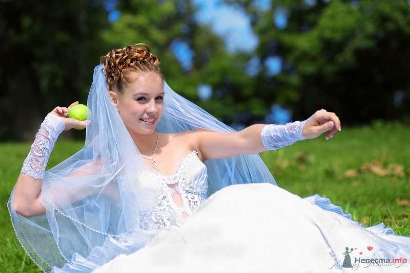 Невеста в белом длинном платье сидит на лужайке - фото 45506 KartInka