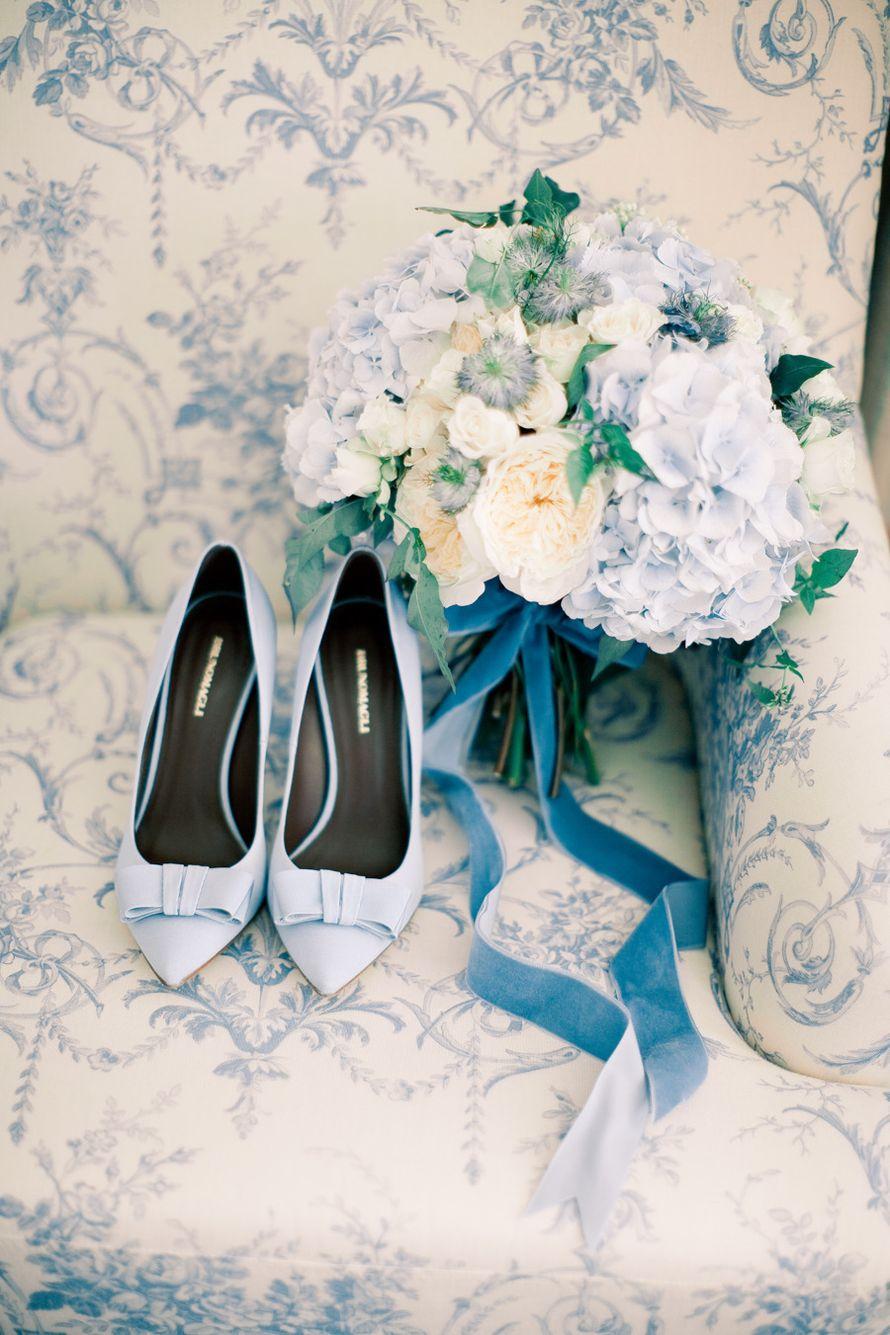 Свадебные туфли и букет невесты из гортензий и роз в голубых тонах. Аксессуары невесты. Флористика. - фото 7727604 Maltina Maria - свадебная и праздничная полиграфия