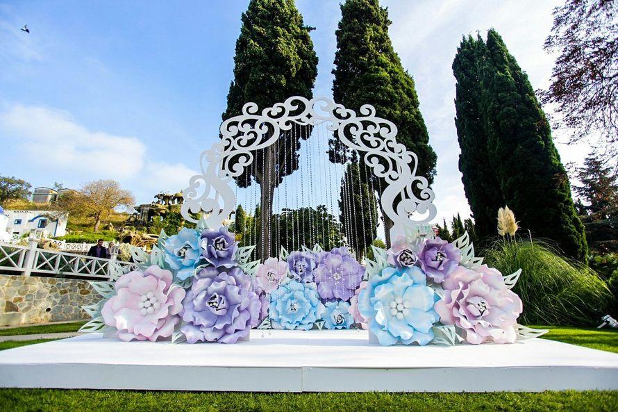 Цветочный сад для Владимира и Инны. Огромные цветы в свадебном декоре. - фото 12463318 Студия декора Wedsy