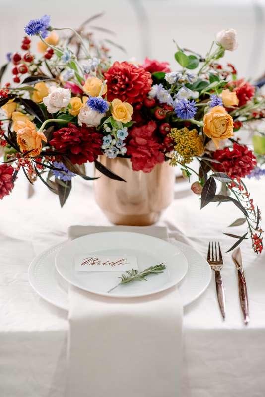 свадьба, декор, флористика, банкет, свадебный стол, красный, оранжевый, осень, букет невесты, фотостудия, лофт, свадьба в лофте - фото 14769954 Маслова Виктория - фотограф