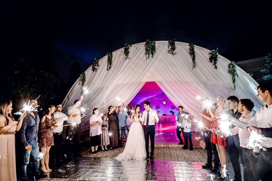 выездная регистрация, жених, евеста, прогулка, фотограф, свадебный фотограф, зеркальная свадьба, свадьба, свадьба за городом, дворянское гнездо, банкет, репортаж, бенгальские огни - фото 16450834 Маслова Виктория - фотограф