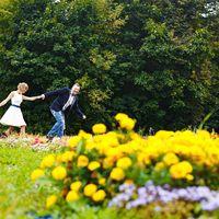 цветы, зелень, клумбы, синяя свадьба, джинсы, жених в джинсах, невеста, синяя свадьба, прогулка в парке, свадебная прогулка