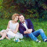зелень, клумбы, синяя свадьба, джинсы, жених в джинсах, невеста, синяя свадьба, прогулка в парке, свадебная прогулка, на траве
