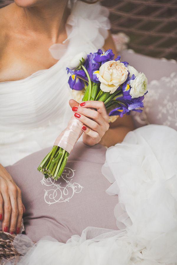 Доставка цветов, букет свадебный ирисы и пионы