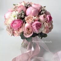 Букет  невесты из пионов и пионовидных роз и ранункулюсов