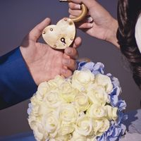 Букет невесты из голубых гортензий и белых роз и замочек в виде сердца