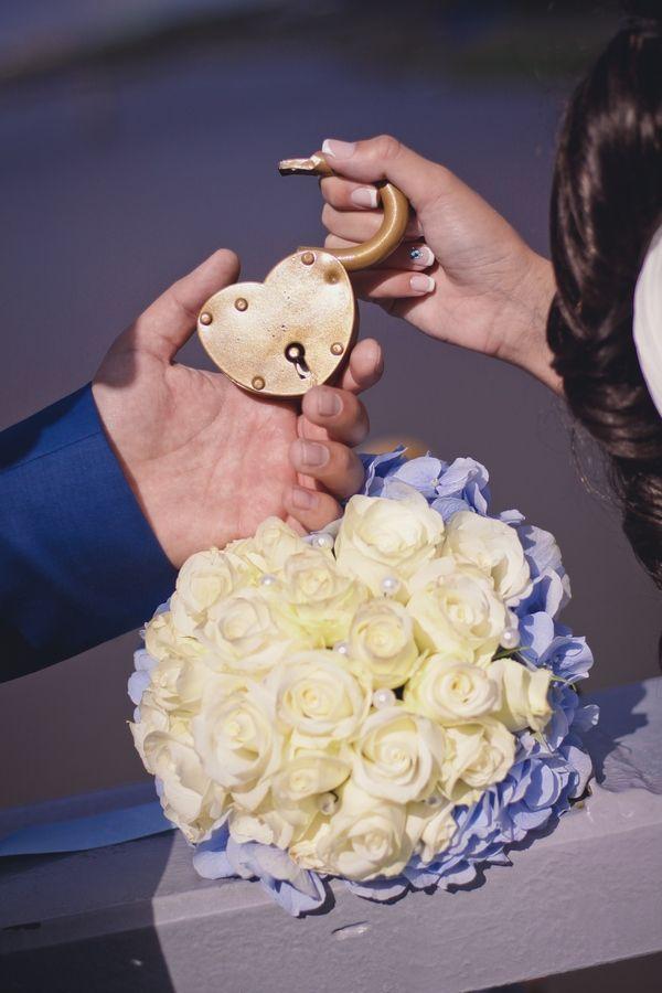 """Букет невесты из голубых гортензий и белых роз и замочек в виде сердца - фото 2773433 Компания """"Аспект-Н""""- организация свадьбы"""