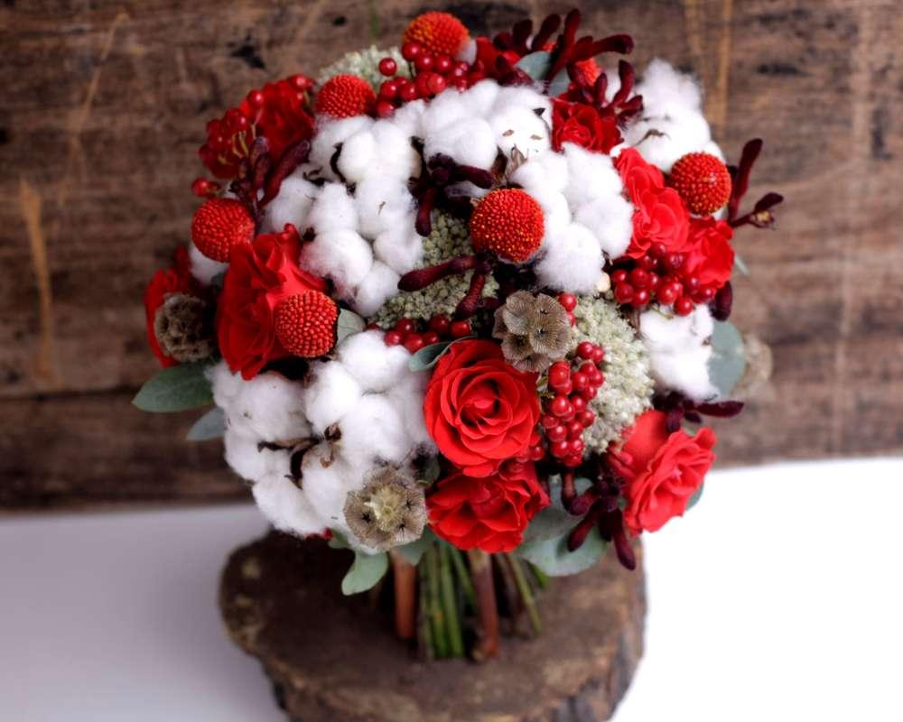 Зимний букет невесты из красных роз, звездчатой скабиозы, красных ягод и краспедий, зеленого эвкалипта и белого пушистого хлопка - фото 1668691 Jolly Bunch. - свадебная флористика